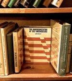 na półce z książkami